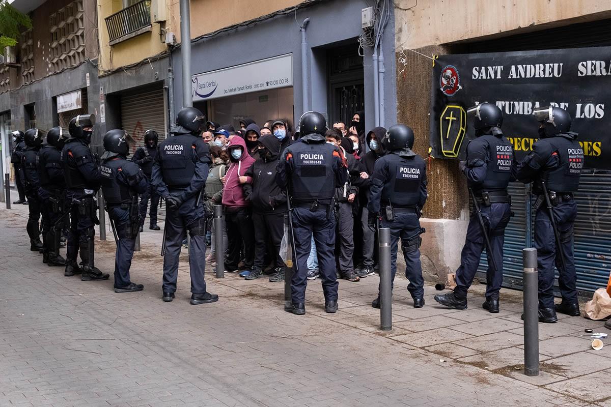 Desplegament d'antiavalots dels Mossos en un desnonament a Sant Andreu