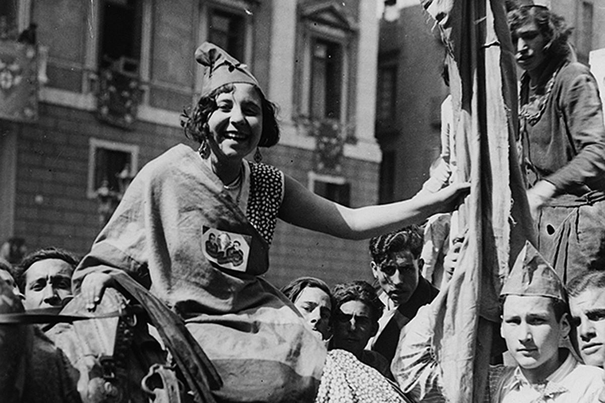 Una dona vestida de República, a la plaça de Sant Jaume