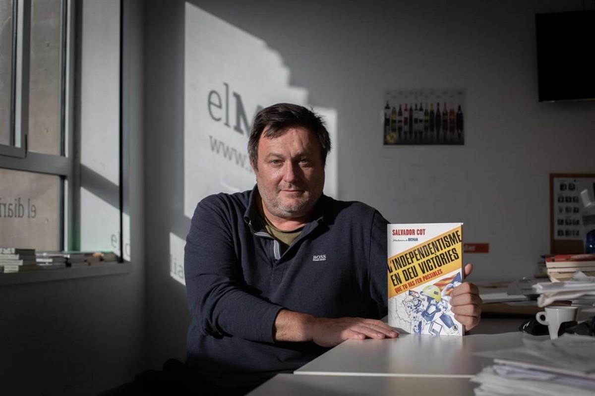 Salvador Cot, amb el llibre.