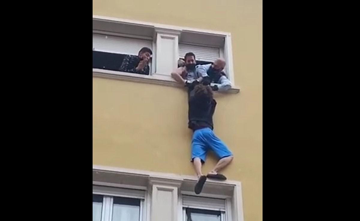 L'home, penjat a la façana de l'edifici de Manresa