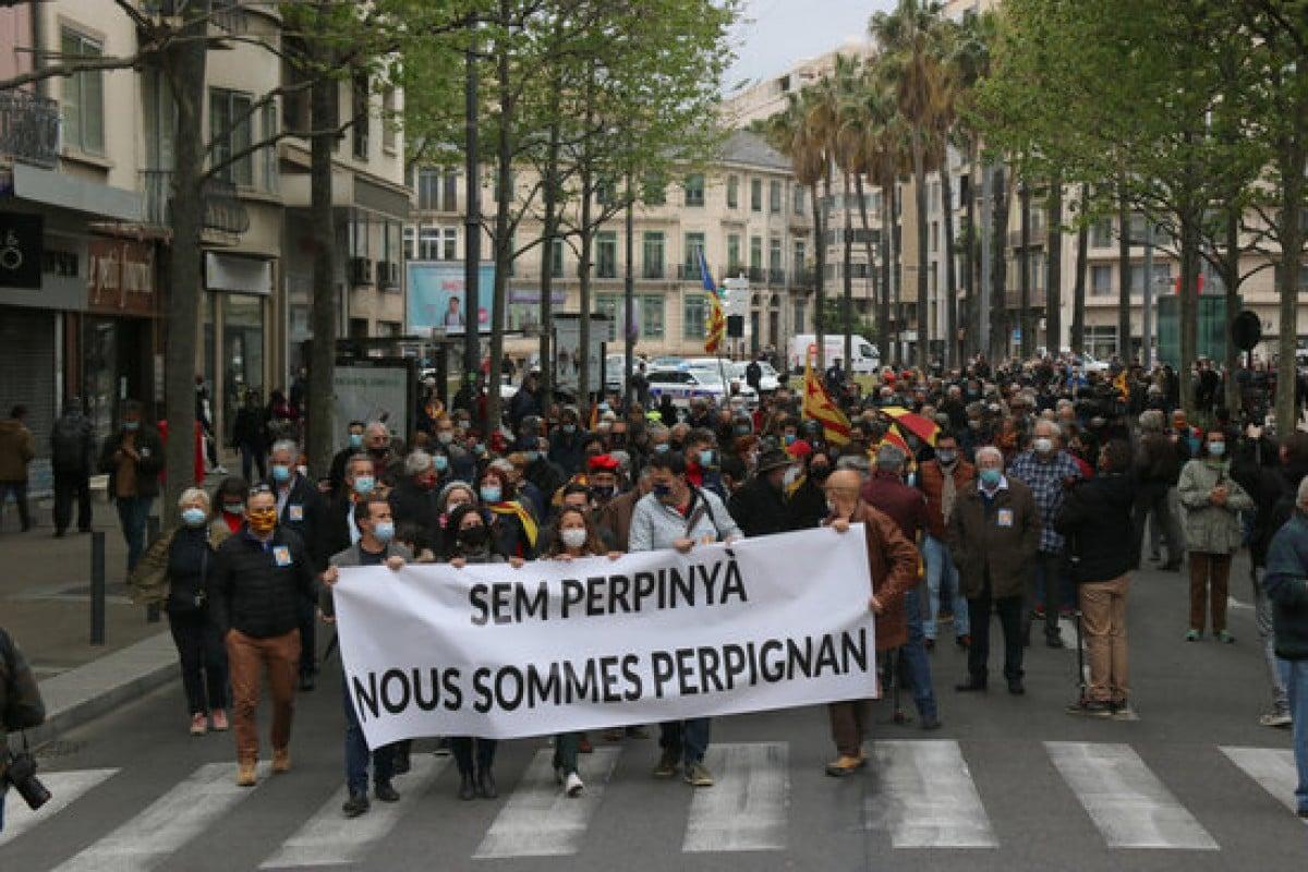 «Sem Perpinyà», «Nous sommes Perpignan», a la capçalera de la manifestació