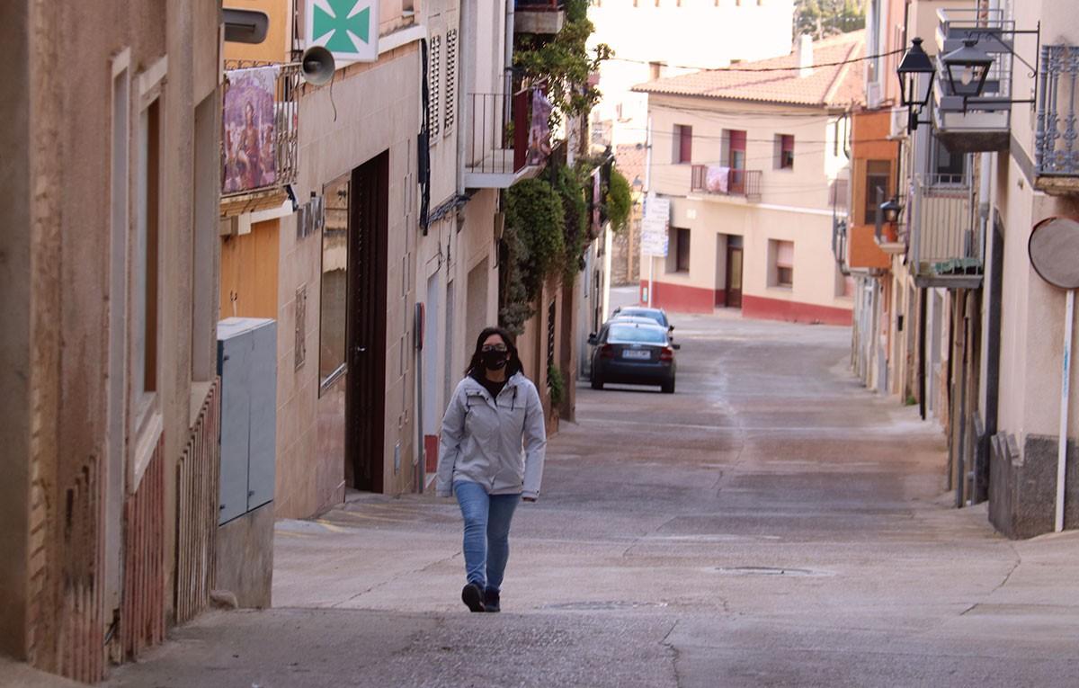 L'alcaldessa del Pinell de Brai, Eva Amposta, passejant pel municipi.