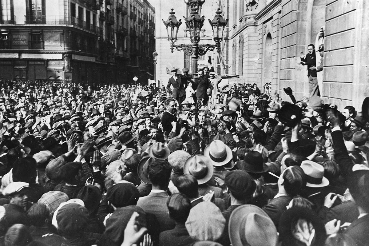 Lluís Companys a la plaça de Sant Jaume, dirigint-se cap a l'Ajuntament de Barcelona