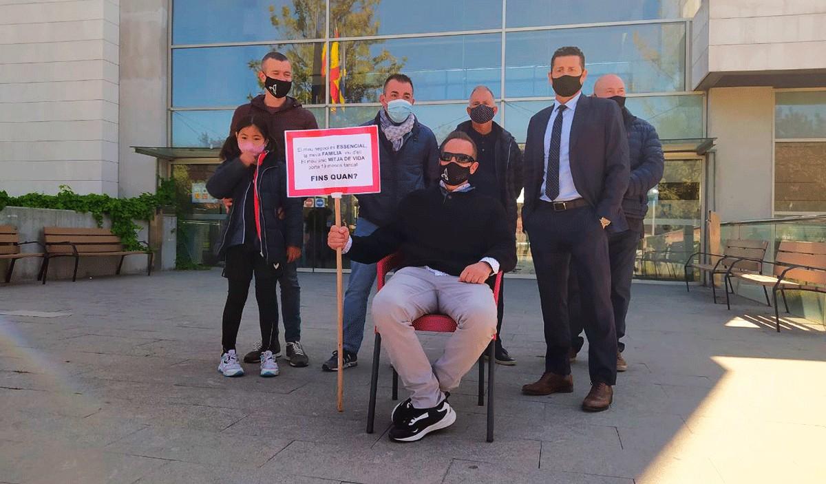 Representants de les associacions empresarials, aquest dilluns davant l'Ajuntament de Salou.