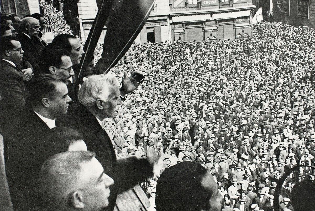 Francesc Macià es dirigeix als concentrats a la plaça de Sant Jaume després de proclamar la República Catalana.