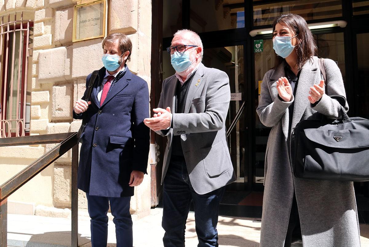 Gas i el seus advocats, a la sortida de la primera vista del seu judici per desobediència l'1-O, als jutjats penals de Tortosa.