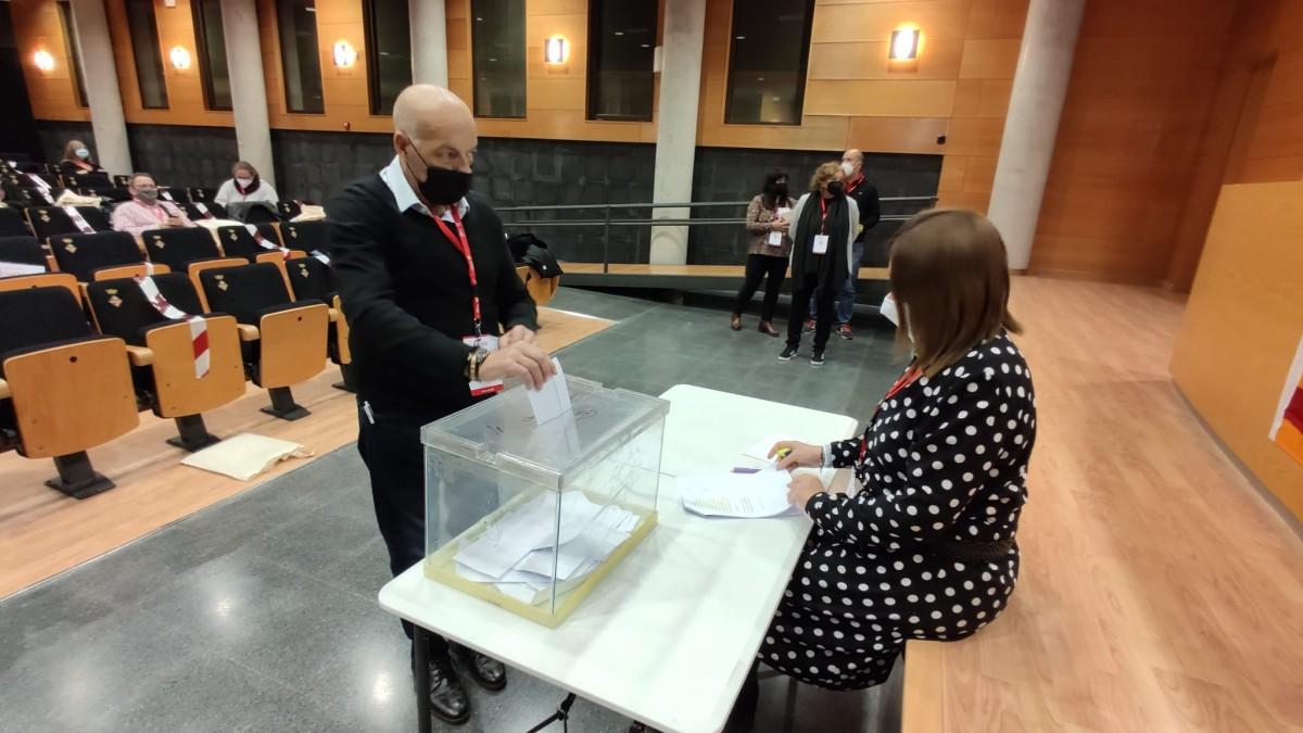 El secretari comarcal de la UGT al Vallès Oriental, Vicenç Albiol, durant les votacions