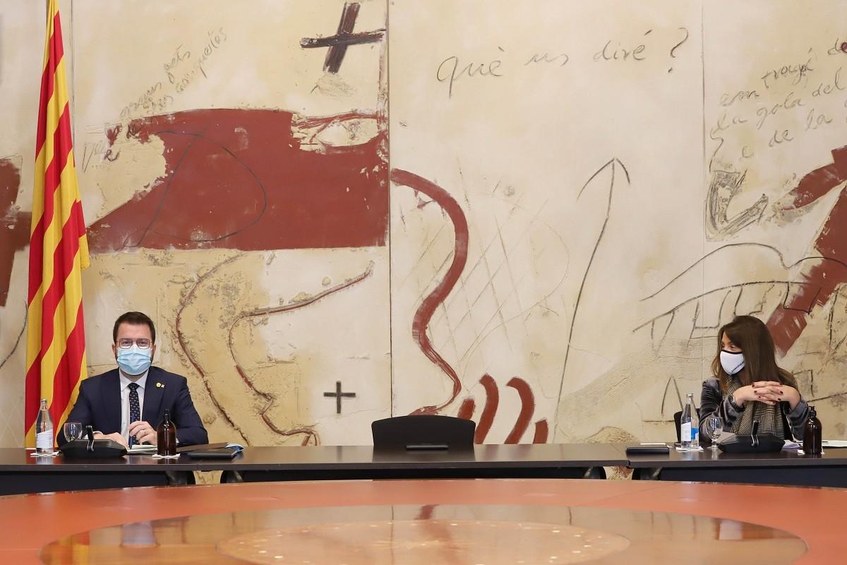 Pere Aragonès i Meritxell Budó, en la reunió del Govern del 13 d'abril del 2021.