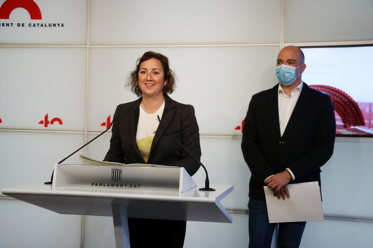Alícia Romero i Raül Moreno, portaveus dels socialistes, en la roda de premsa d'avui al Parlament