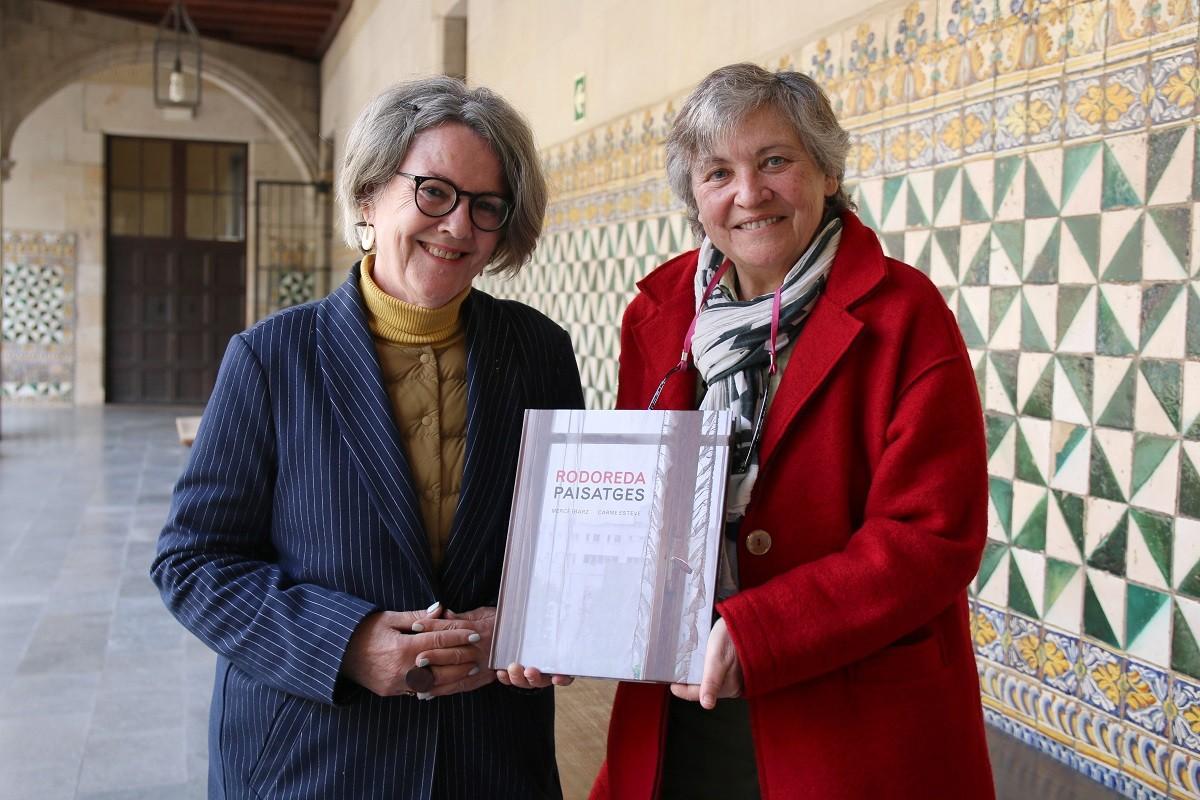 Mercè Ibarz i Carme Esteve mostren el llibre sobre Mercè Rodoreda a l'IEC.