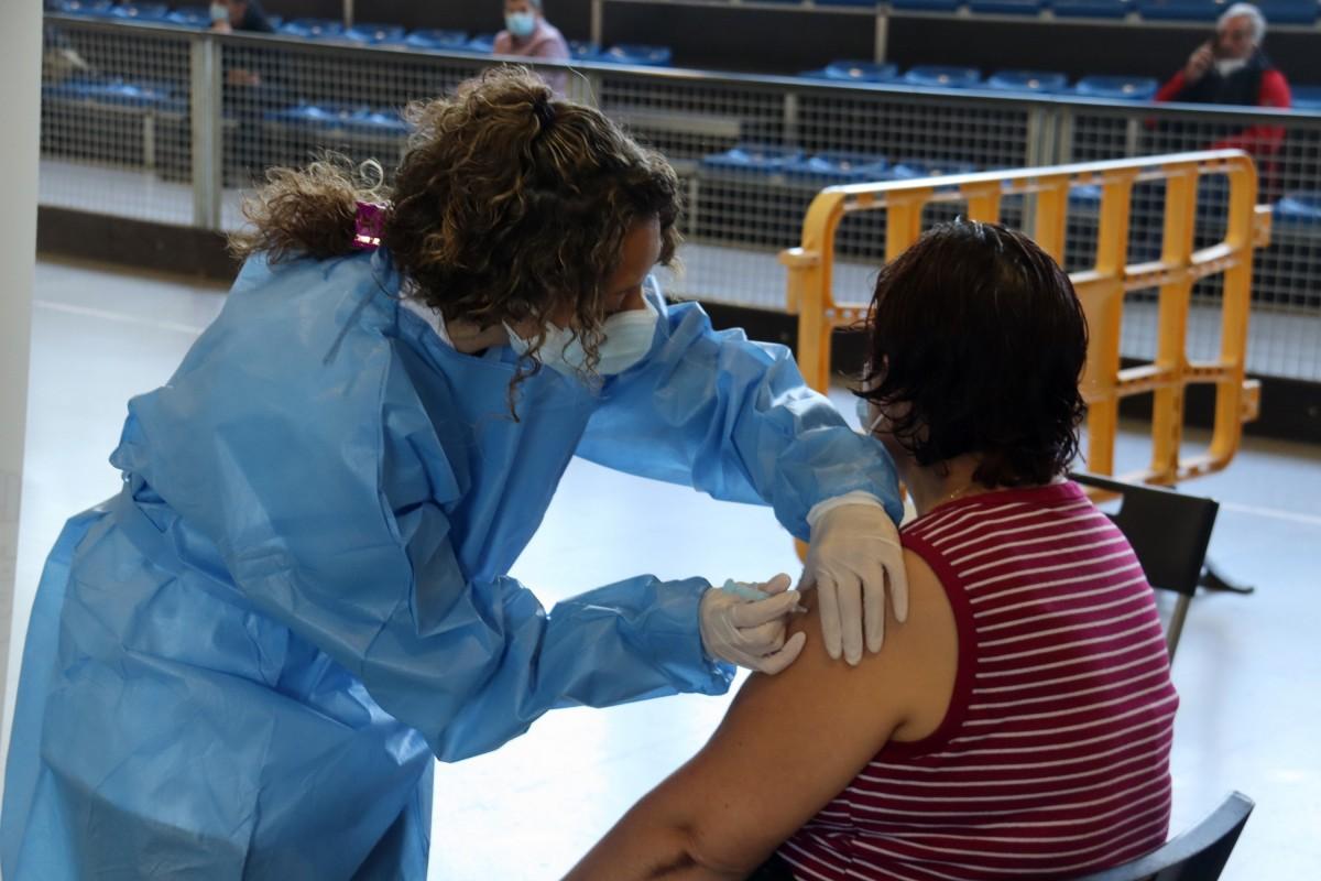 Una persona és vacunada contra la Covid-19 en una localitat pirinenca