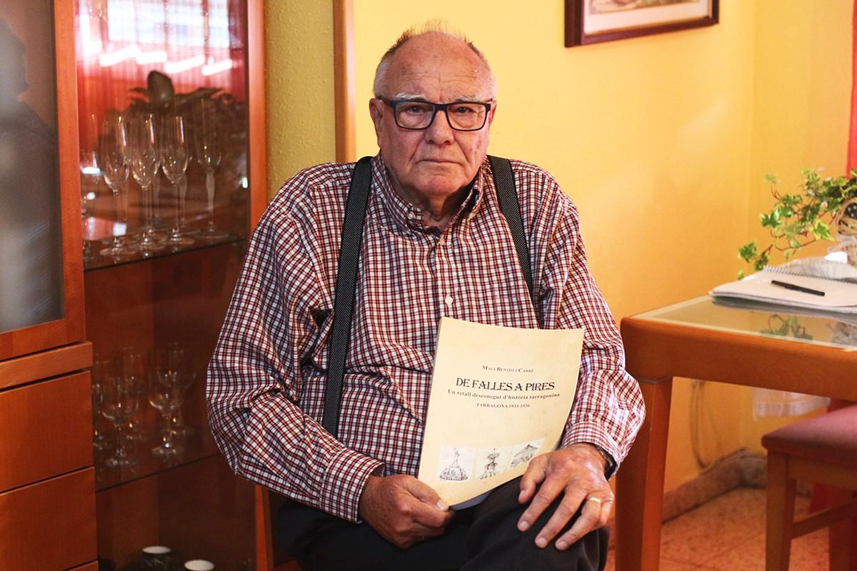 Magí Benito, amb el seu llibre: \'De falles a pires\' (Silva Editorial).