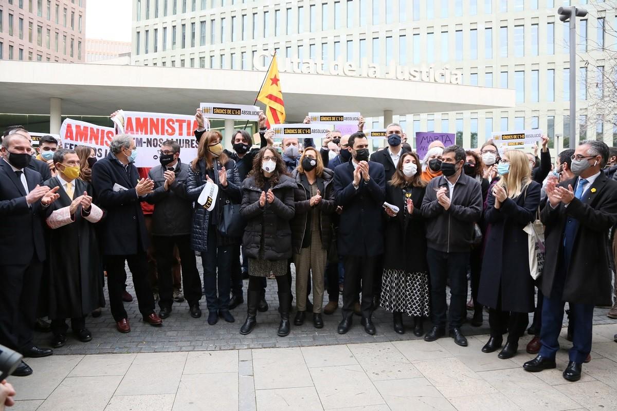 Els síndics de l'1-O, acompanyats de diversos dirigents independentistes, abans del seu judici