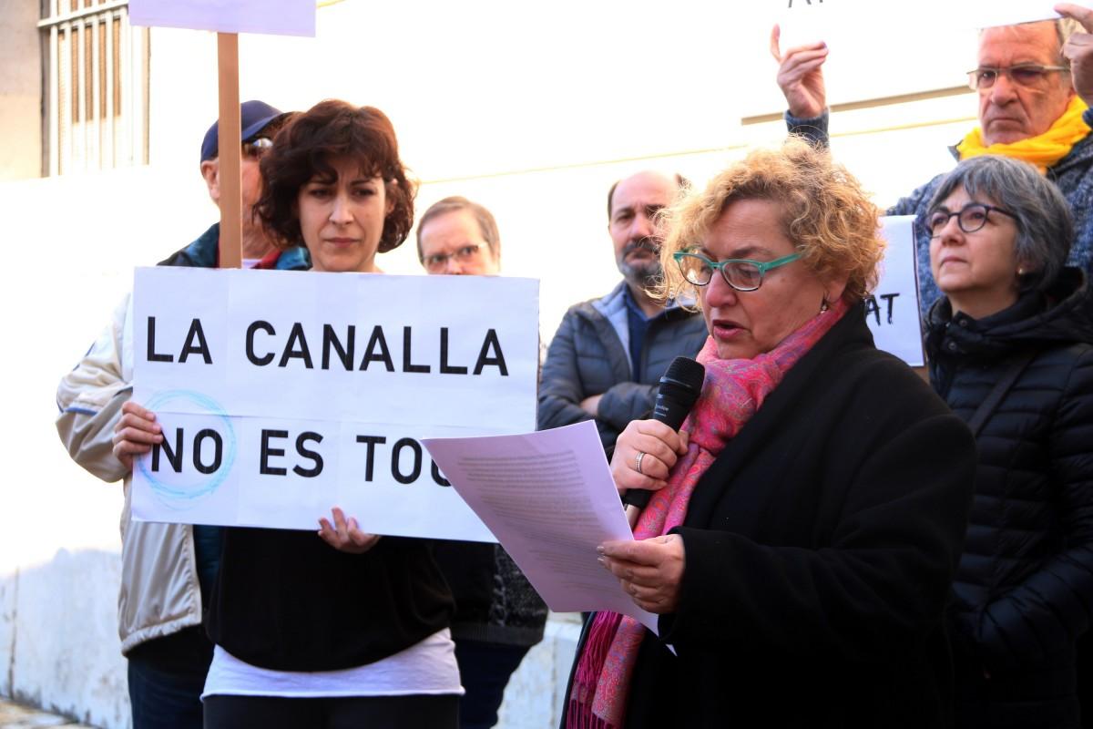 Manifestants llegeixen una manifest per denunciar els abusos sexuals a menors