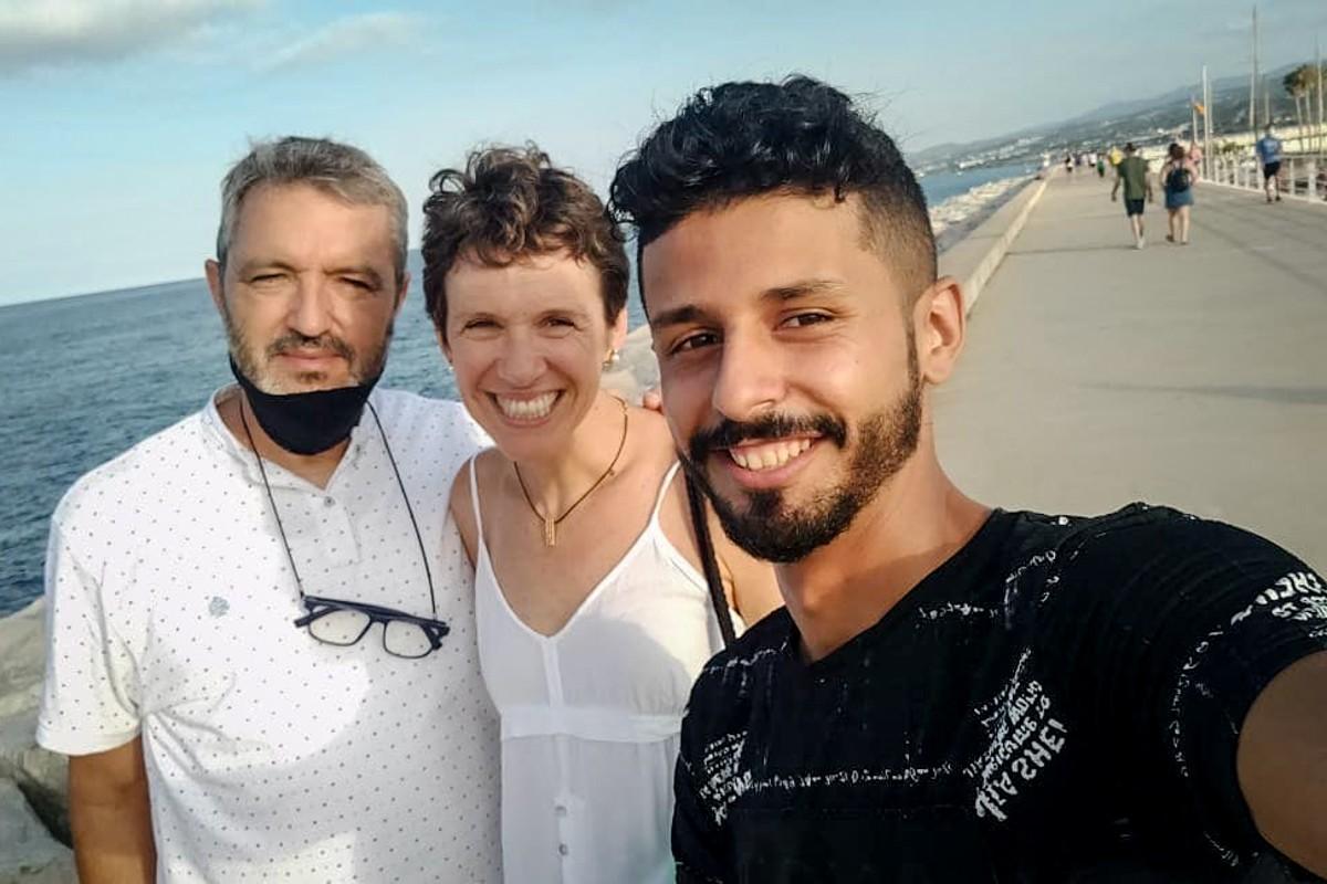 En Quim, la Marta i en Maher, membres d'un tàndem de Mataró passejant per la platja