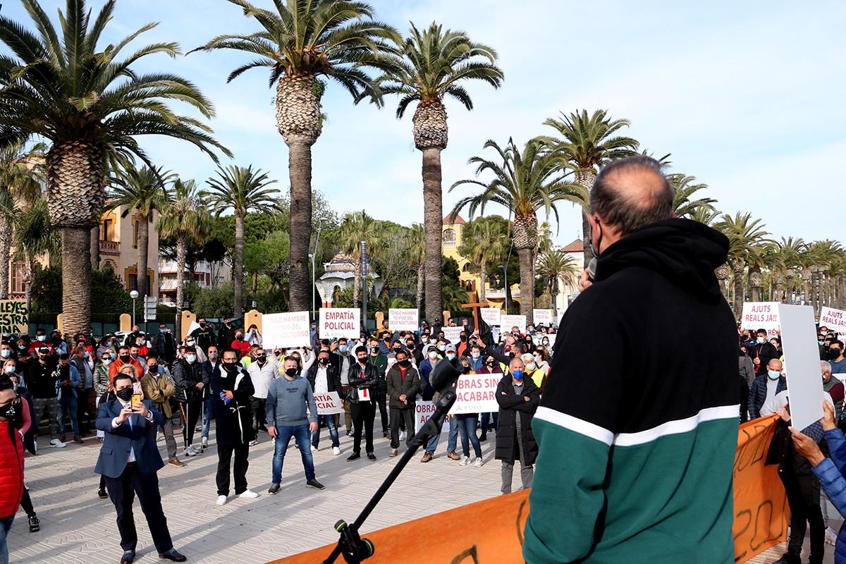 El president d'ARONS, Eduardo Abenójar, d'esquenes, durant la seva intervenció en la protesta organitzada per la seva entitat i la FECASARM a Salou per reclamar l'obertura dels establiments.