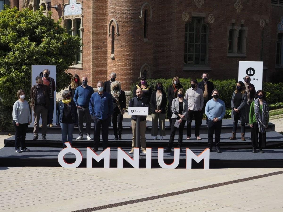 La junta directiva d'Òmnium en l'acte d'aquest matí a l'Hospital de Sant Pau