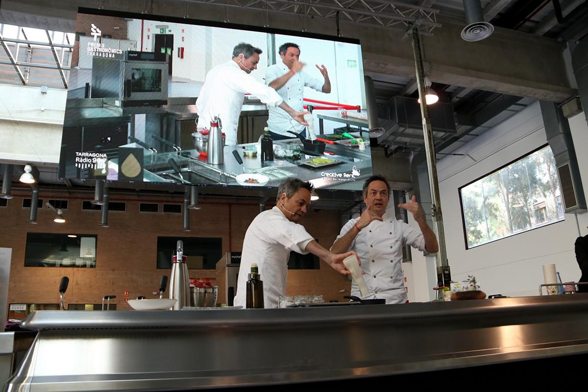 Els germans Torres, xefs del restaurant Cocina Hermanos Torres, durant la seva exhibició gastronòmica feta als Premis Gastronòmics Tarragona.