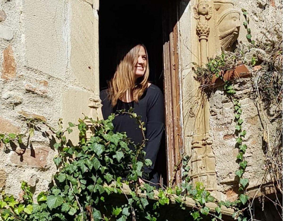 La Marta Lloret, visitant una de les masies