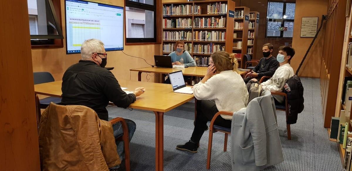 El jurat del concurs s'ha reunit a la BIblioteca Marià Vayreda.