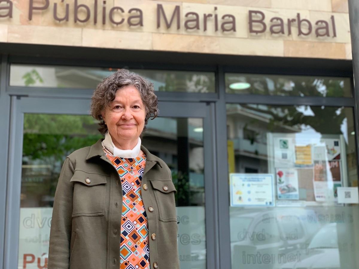 Maria Barbal, davant la biblioteca de Tremp, que porta el seu nom
