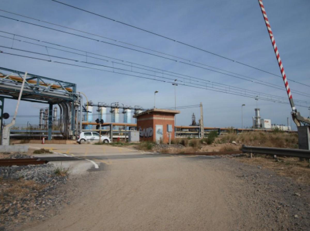 Pas a nivell de la línia València-Tarragona, a la Canonja.