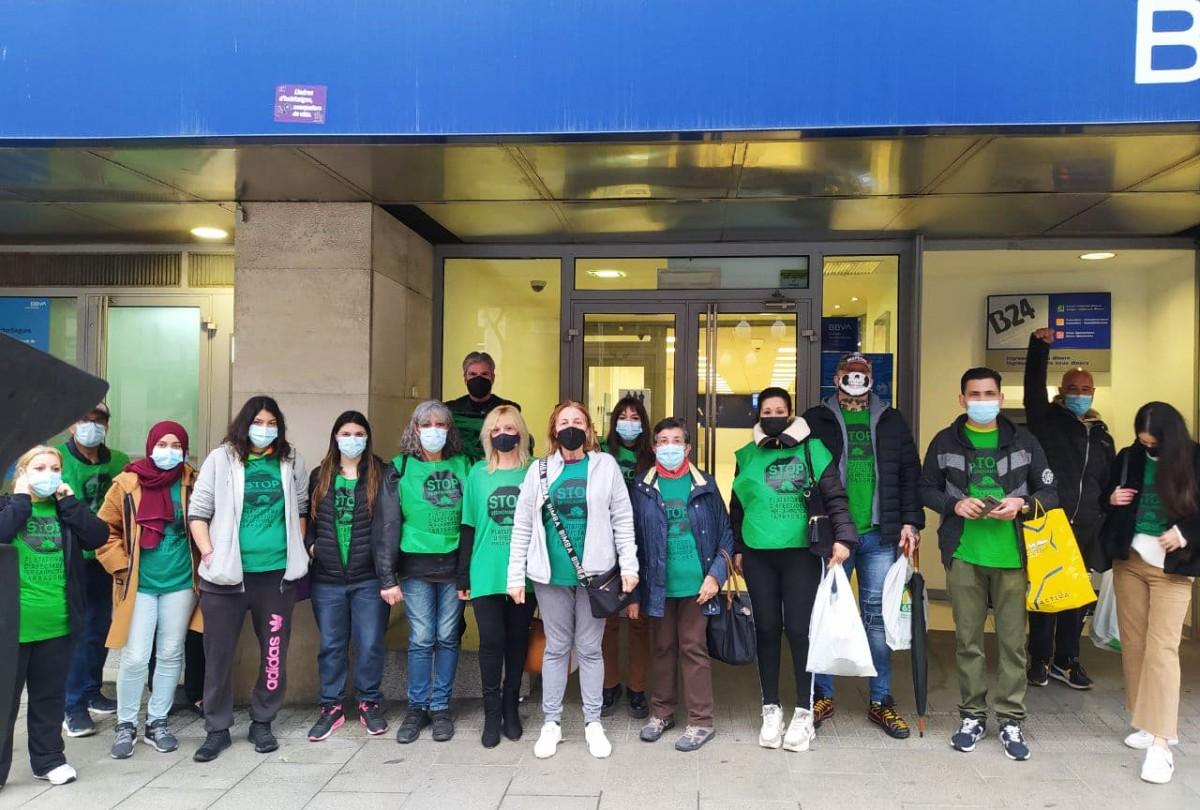 Membres de la PAH, aquest dimecres al matí davant la seu del BBVA a la Rambla Nova de Tarragona.