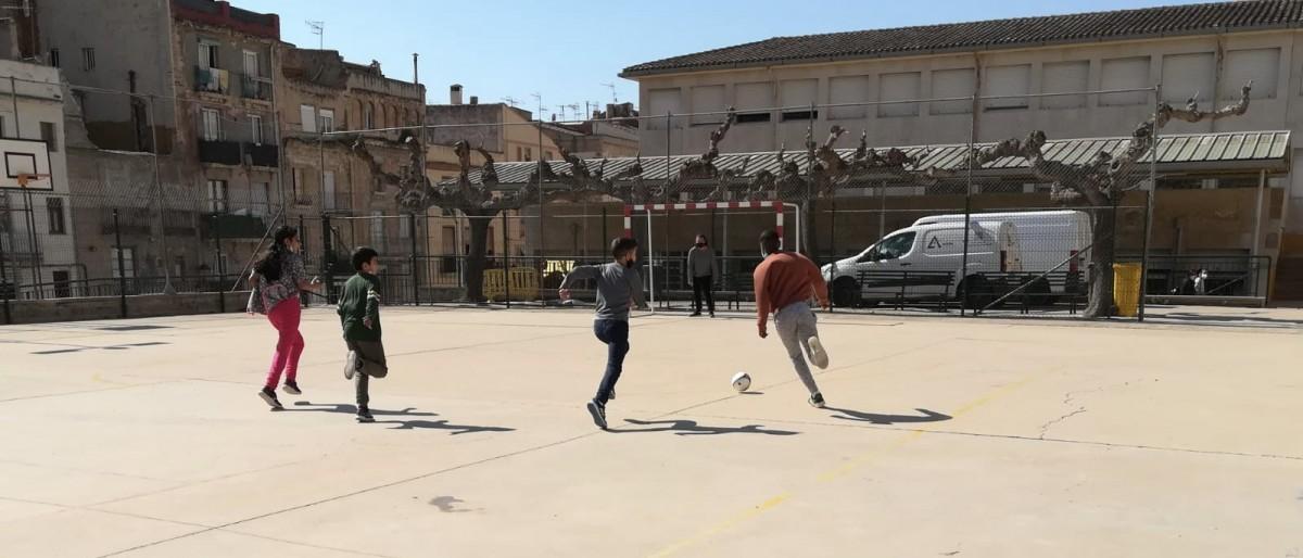 Imatge del taller de Futbol Sala amb els escolars de Tortosa