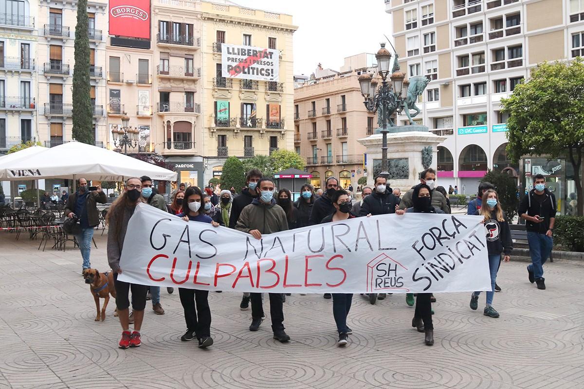 La manifestació per protestar per la sentència del TSJC que anul·la la multa a Gas Natural pel cas de l'àvia morta a l'alçada de la plaça Prim.