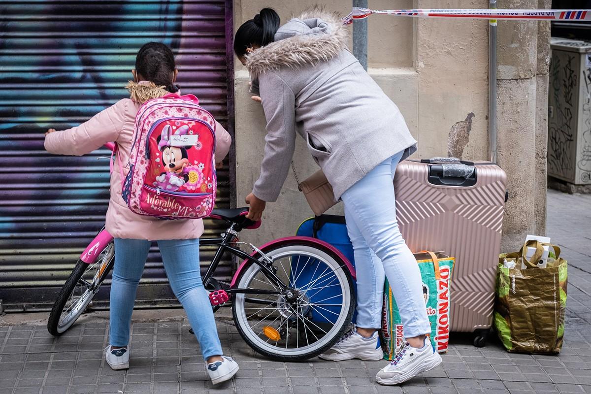 Una mare i la seva filla desnonandes al barri del Poble-sec de Barcelona