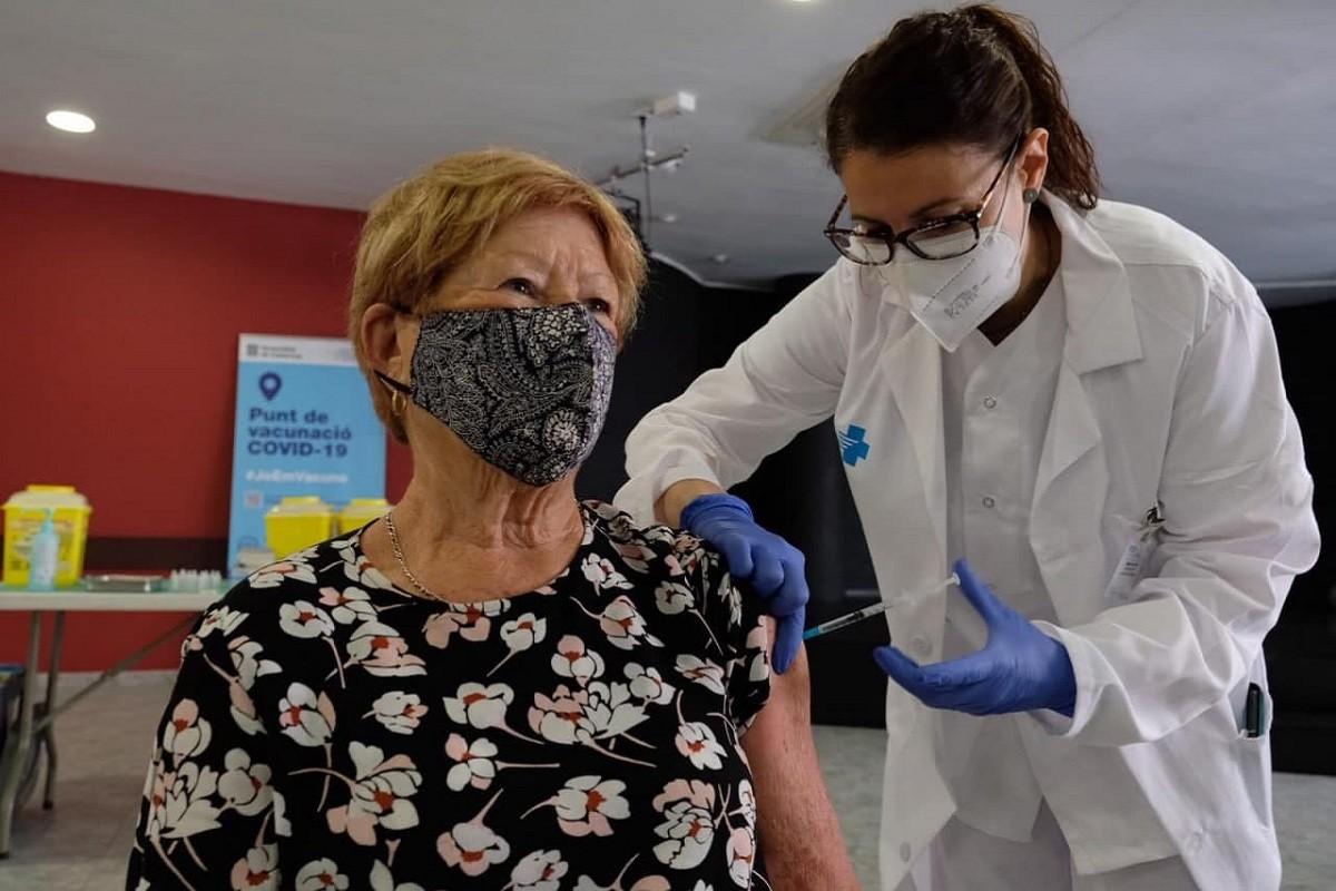 Una sanitària vacunant amb Janssen