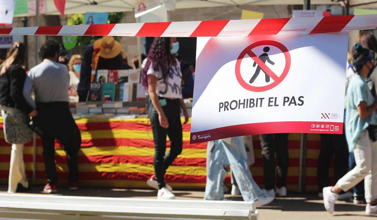 El Sant Jordi de la Rambla Nova, a Tarragona, amb cues i restriccions.