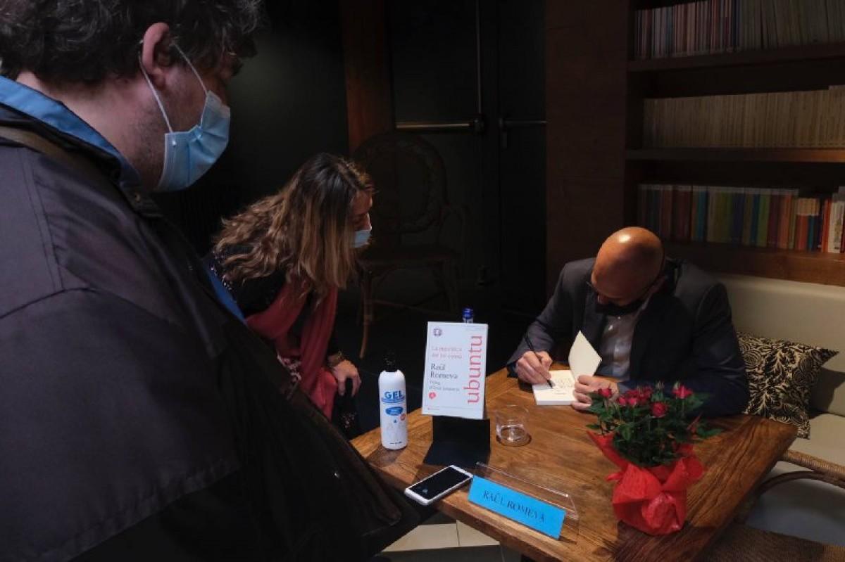 Raül Romeva, en una de les signatures de llibres d'aquest divendres