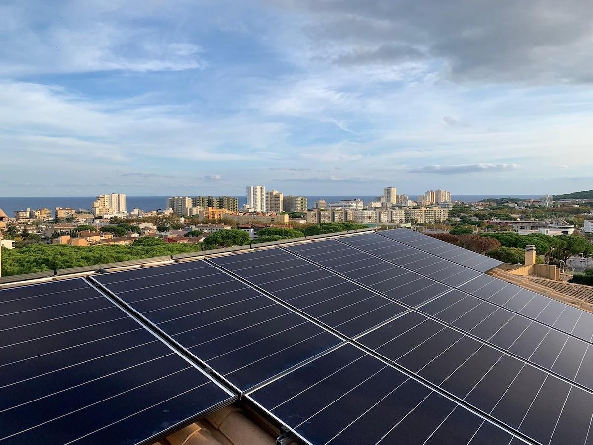 Plaques solars fotovoltaiques en una teulada.