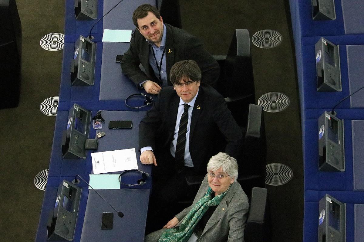 Els eurodiputats Toni Comín, Clara Ponsatí i Carles Puigdemont al seu escó a la seu del Parlament Europeu.