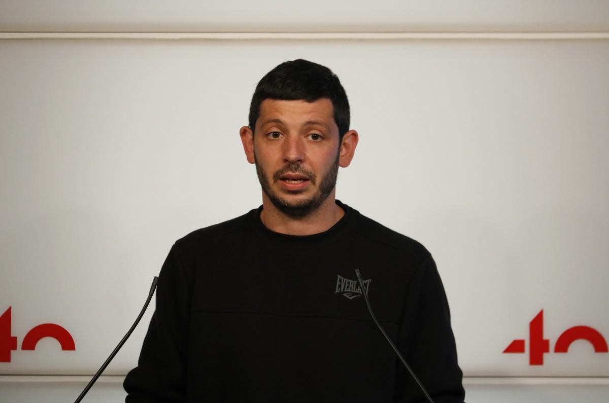 El diputat de la CUP, Xavier Pellicer, durant una roda de premsa al Parlament