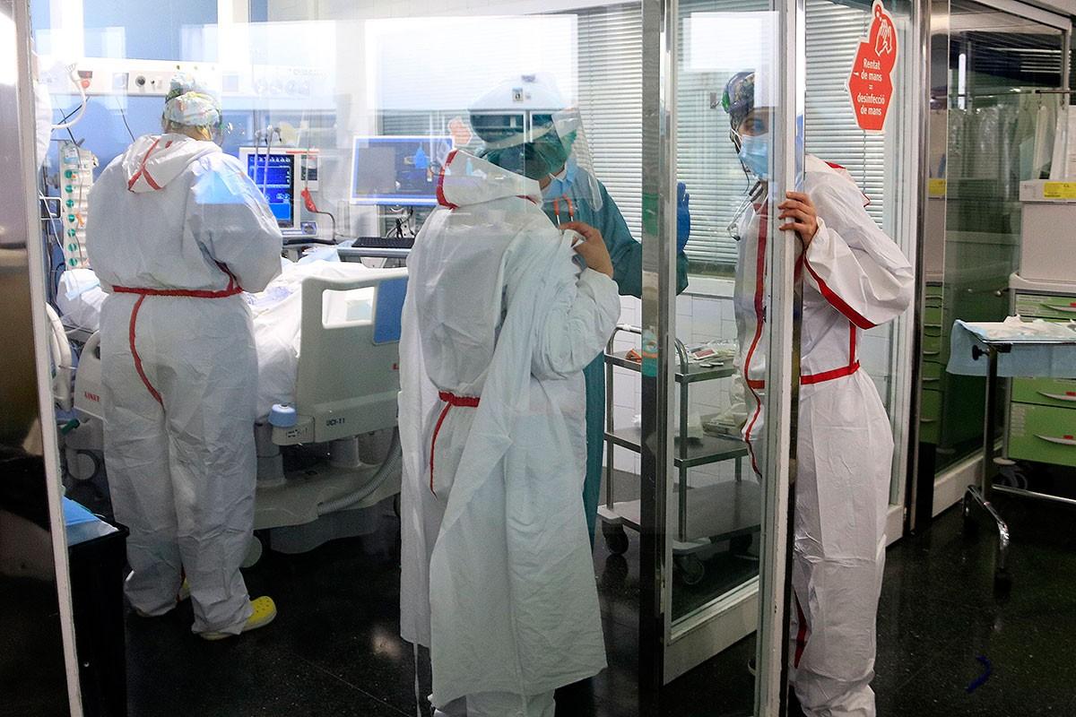 Personal sanitari de l'Hospital del Mar, atenent un pacient a l'UCI
