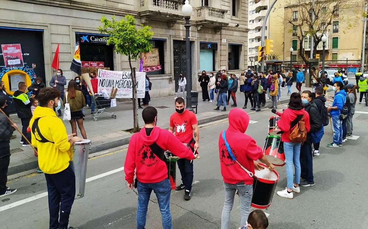 Els manifestants, davant de la seu de CaixaBank, a la Rambla Nova de Tarragona.