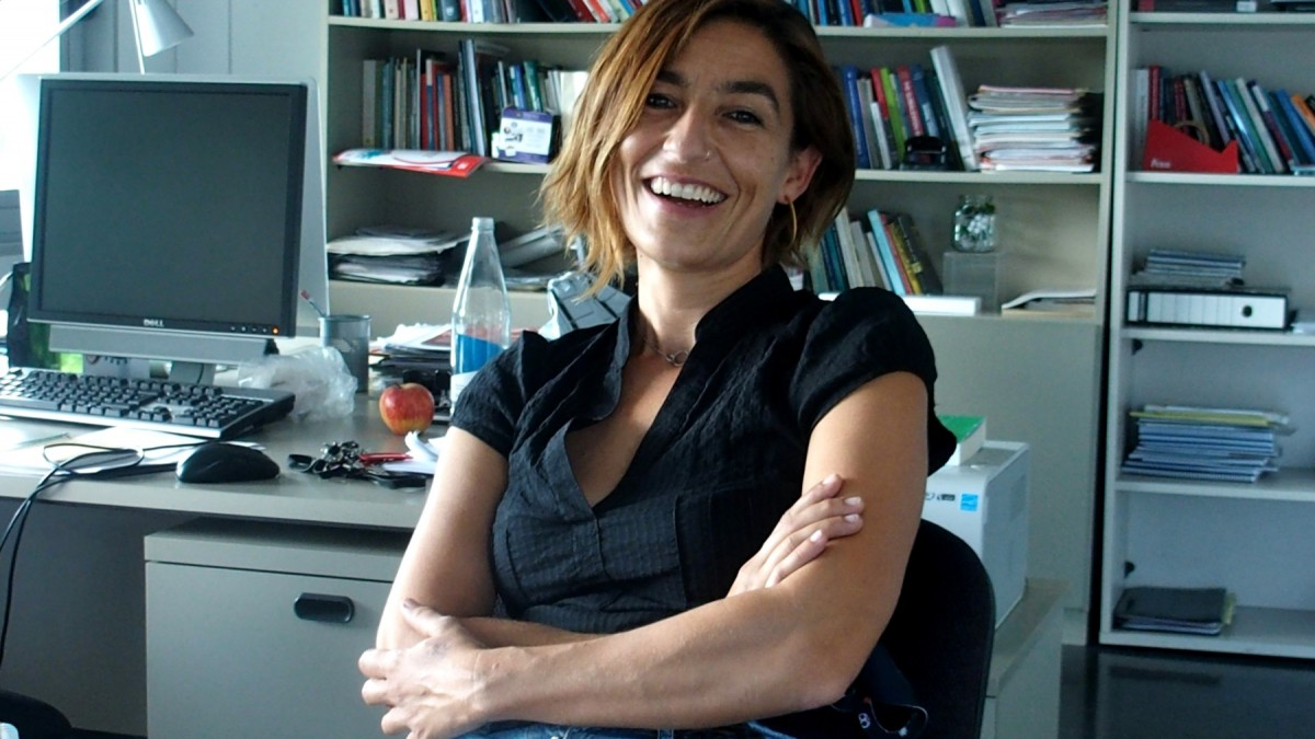 La doctora en Sociologia especialitzada en sociologia de l'educació i l'anàlisi de les desigualtats educatives Aina Tarabini, al seu despatx de la UAB.