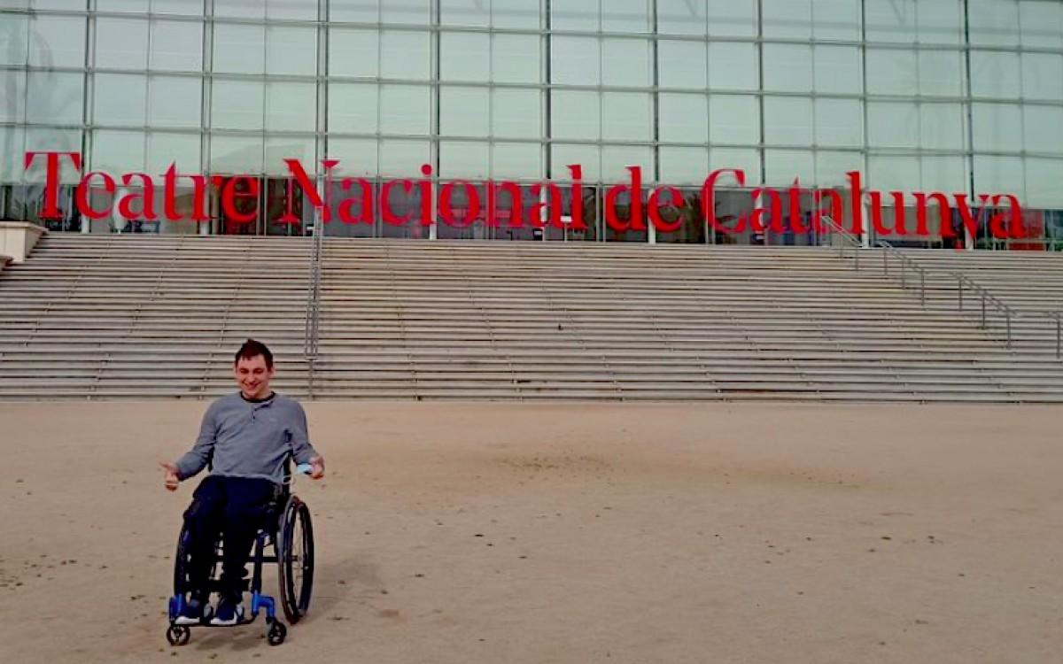 Marc Buxaderas davant del TNC, el teatre que el veurà debutar com a actor