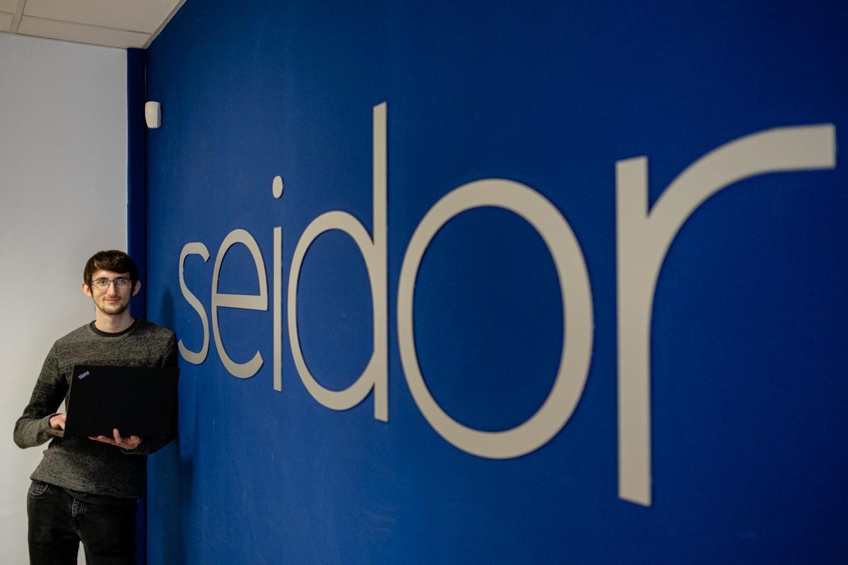Grau Codinach és estudiant d'enginyeria Multimèdia, Aplicacions i Videojocs i fa pràctiques a Seidor