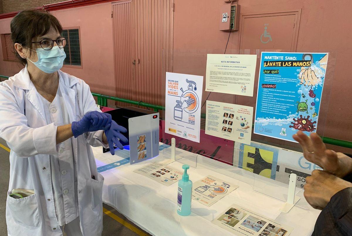 Una professional sanitària fent una demostració de rentat de mans, aquest dimecres, a Tremp