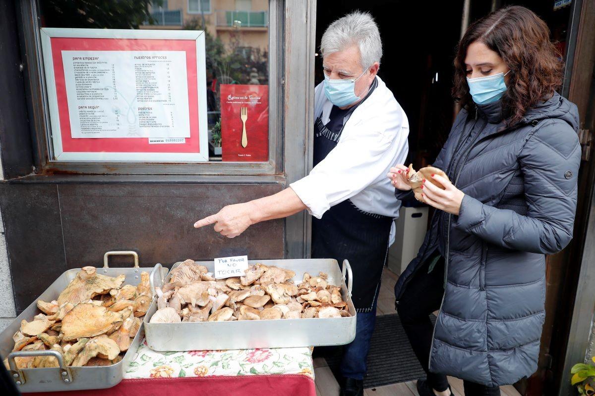 Isabel Díaz Ayuso visitant un restaurant a Guadalix de la Sierra, a Madrid
