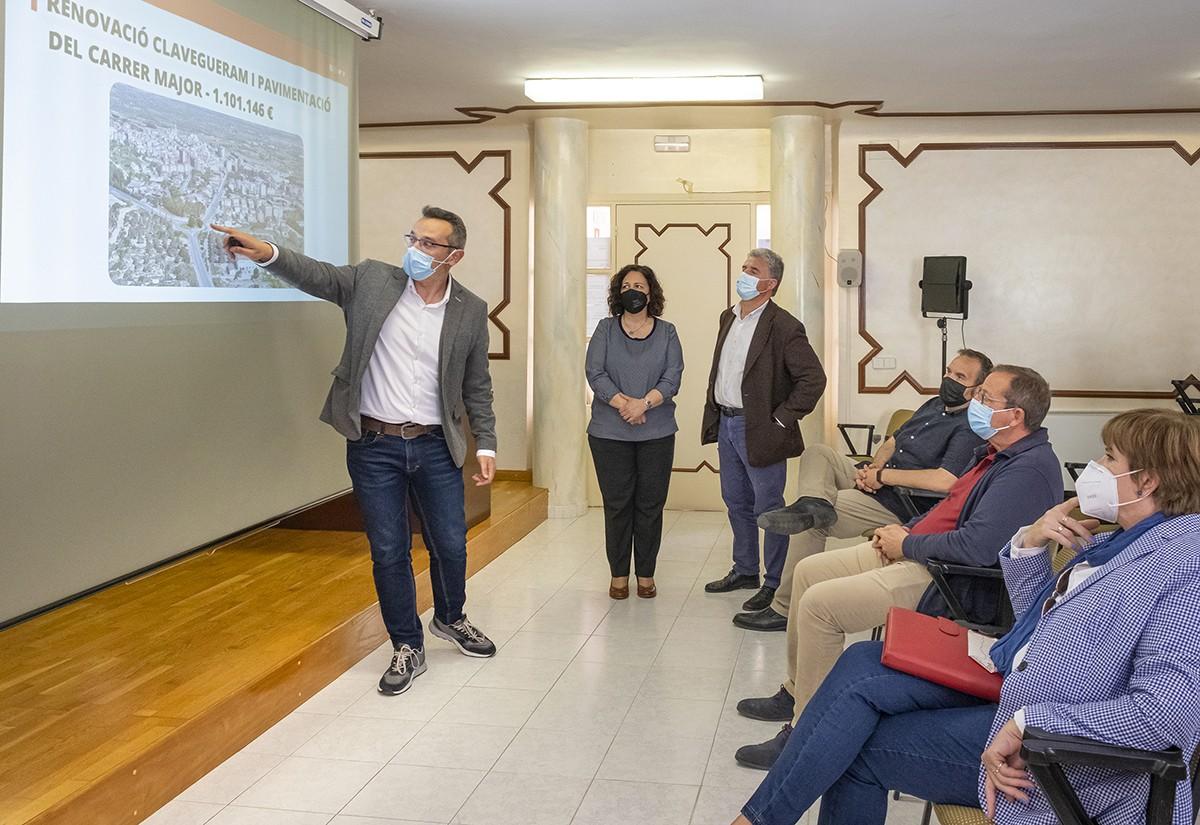 L'alcalde, Óscar Sánchez, explicant el pla d'inversions aquest dijous.