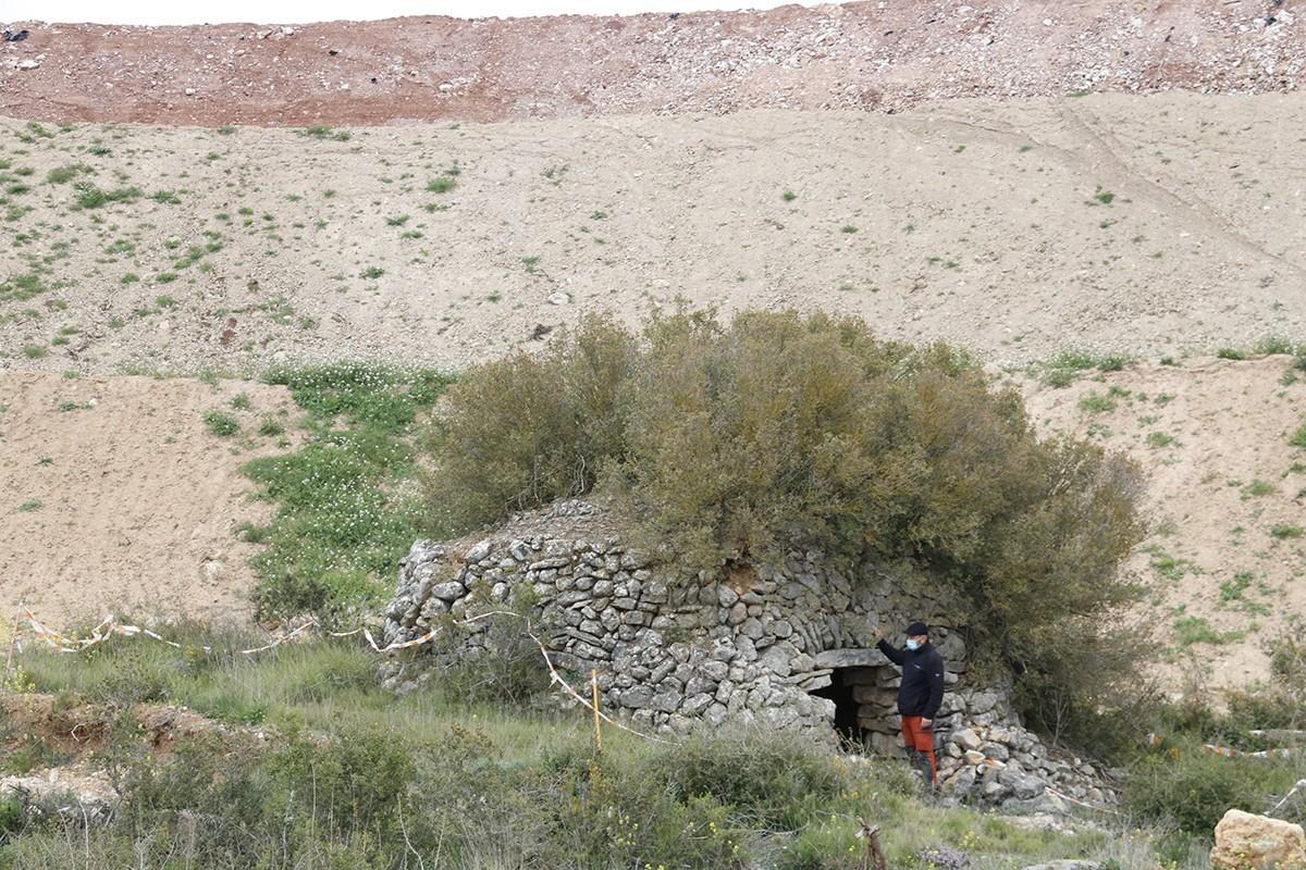 Barraca de pedra seca a Montblanc, que es manté dempeus i solitària, enmig d'abocadors de terres per les obres de l'A-27.