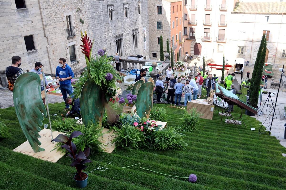 Responsables del muntatge per Temps de Flors a les escales de la Catedral