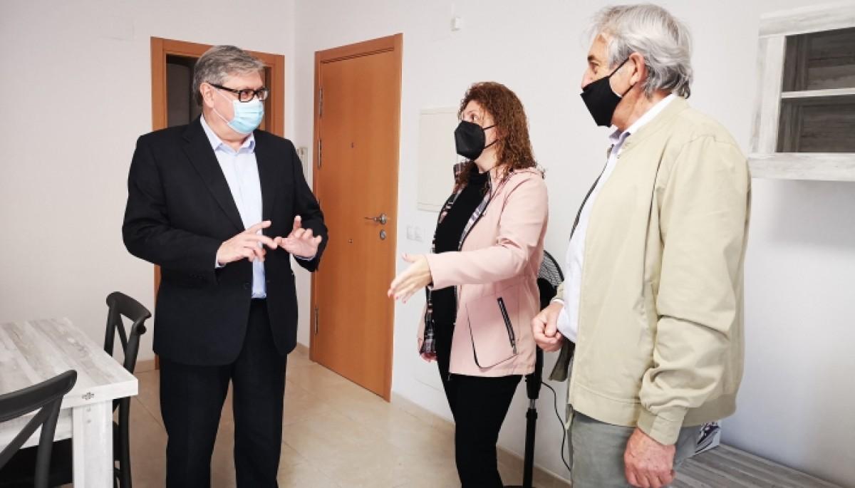 El president del Consell Comarcal del Baix Ebre, Xavier Faura ha visitat el pis, juntament amb la consellera comarcal de Serveis Socials, Laura Fabra i l'alcalde de Camarles i conseller comarcal d'Habitatge, Josep Antoni Navarro.