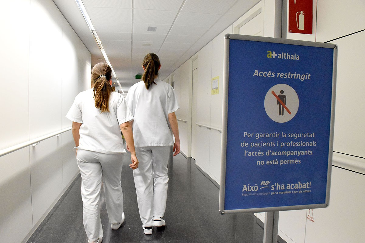 Cartell d'accés restringit a l'hospital Sant Joan de Déu