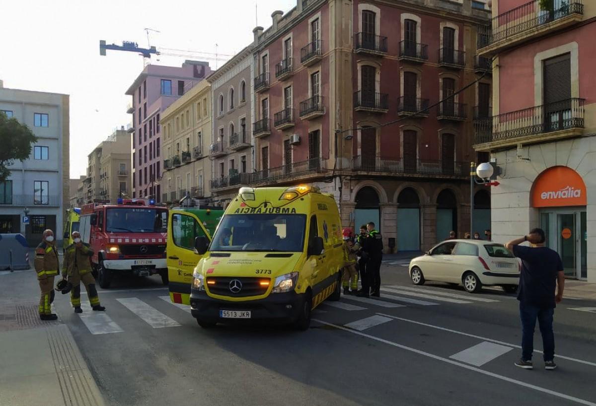Dues ambulàncies, un vehicle de Bombers i dues patrulles de la Guàrdia Urbana han acudit al lloc dels fets.