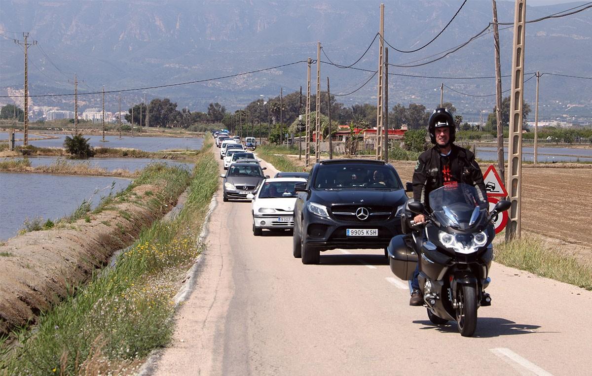 Els vehicles en marxa lenta per la carretera de Poble Nou del Delta.